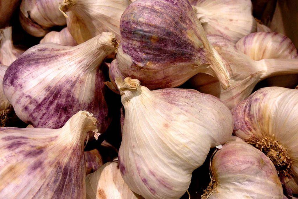 El coronavirus se puede curar con agua de ajo hervida es FALSO.